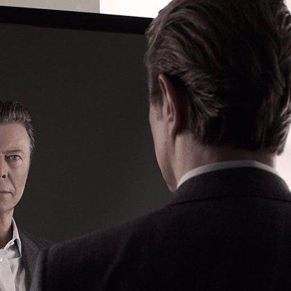 David Bowie muestra una foto del artwork de su nuevo disco