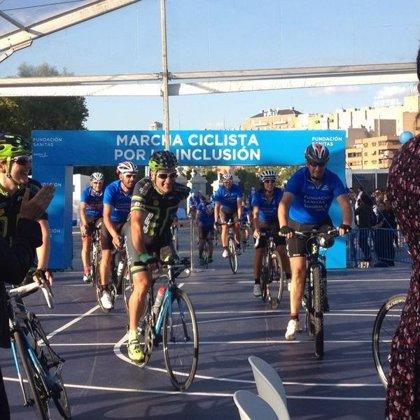 'Perico' Delgado y Óscar Pereiro clausuran la 'Marcha Ciclista por la Inclusión' de Sanitas