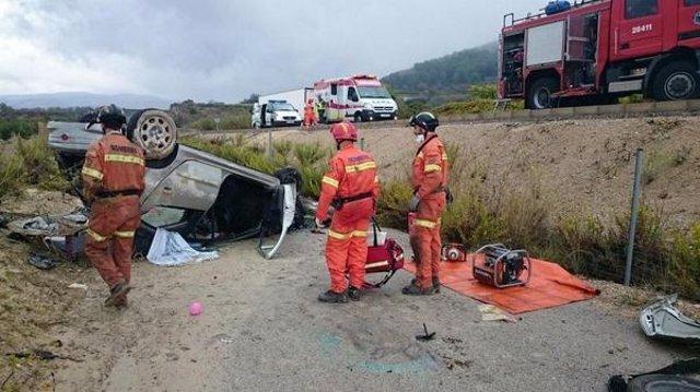 Bomberos intervienen en un accidente de tráfico en Terrateig.