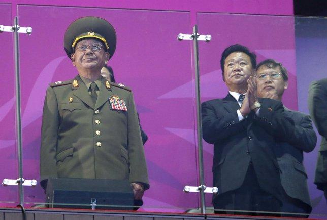 R) de una delegación norcoreana encabezada por el presunto 'número dos' de Pyong