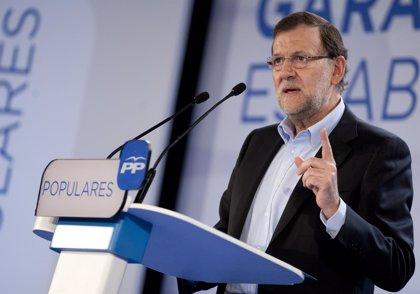 """Rajoy destaca la vocación social de los Presupuestos del Gobierno frente al """"papel mojado"""" que eran las cuentas del PSOE"""