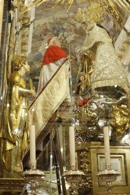 El cardenal Cañizares venera a la Virgen de los Desamparados.