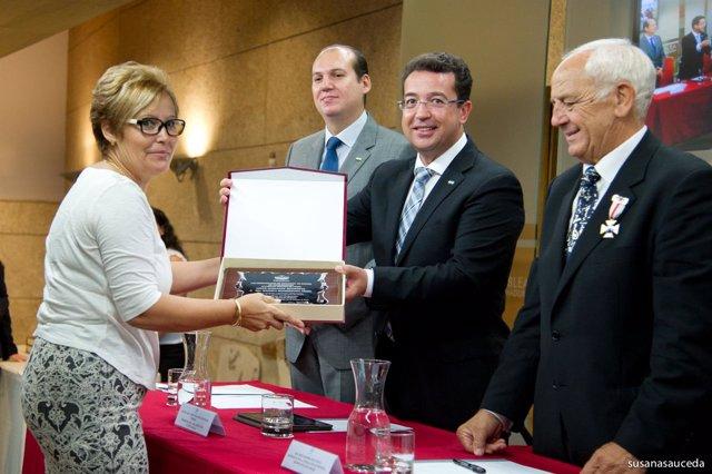 Fernando Manzano entrega una distinción en el acto de Donantes de Sangre