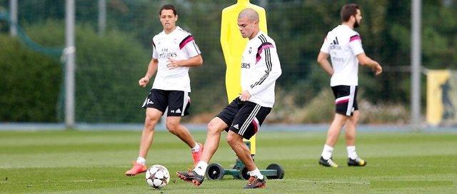 Pepe y Chicharito Hernández en el entrenamiento del Real Madrid