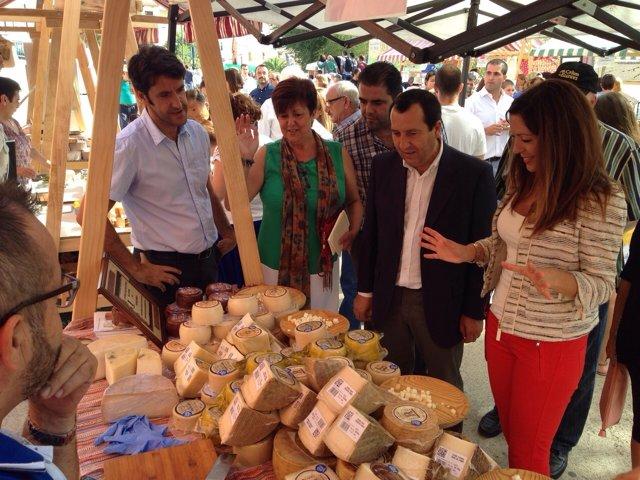 Ruiz Espejo asiste a la Feria Mercado del Queso Artesano de Teba