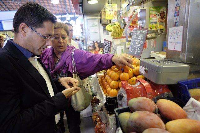 Los concejales de Málaga Franscisco Pomares y Ana Navarro en mercado Atarazanas
