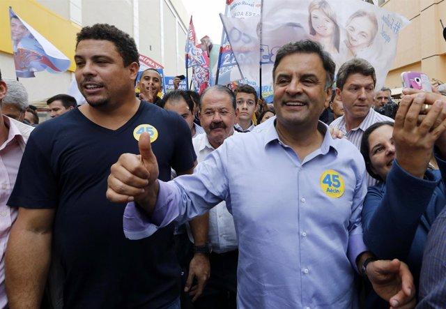 El candidato presidencial del PSDB Aécio Neves junto al exfutbolista Ronaldo