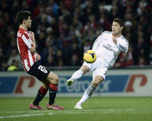 Cristiano Ronaldo pelea un balón con Ander Herrera