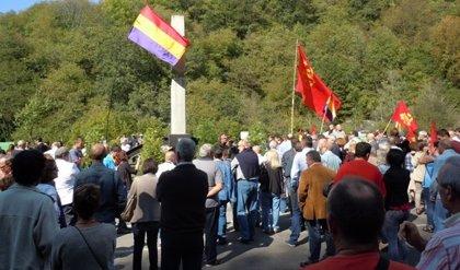 Ciudadanos, representantes políticos y familiares de víctimas homenajean a los asesinados en el Pozu Fortuna