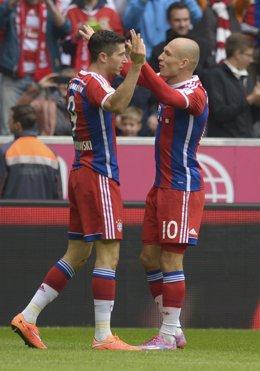 Lewandowski y Robben celebran la goleada del Bayern ante el Hannover