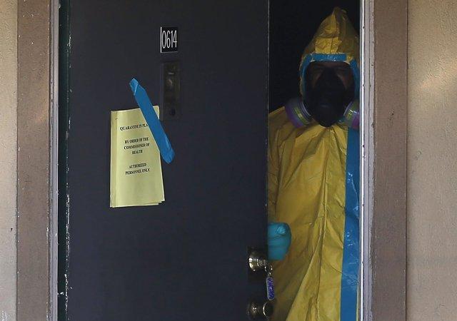 TRabajadores realizando tareas de desinfección por Ébola