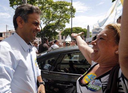 """Neves abandera el cambio mientras Rousseff busca ahuyentar """"los fantasmas del pasado"""""""