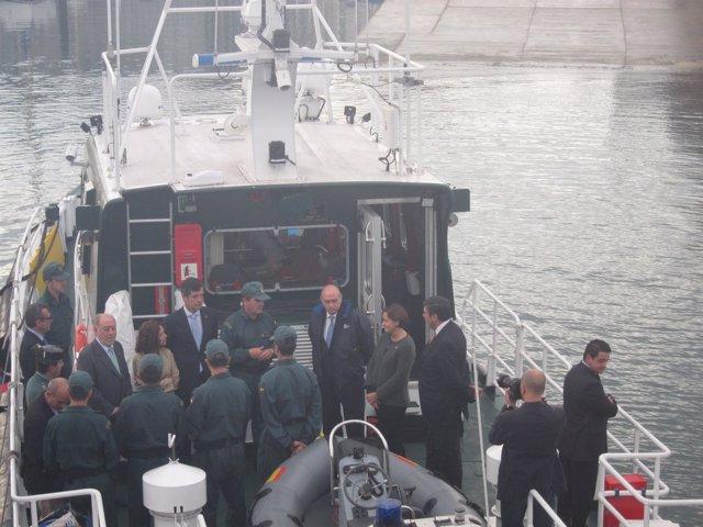 El ministro del Interior en lancha por El Musel