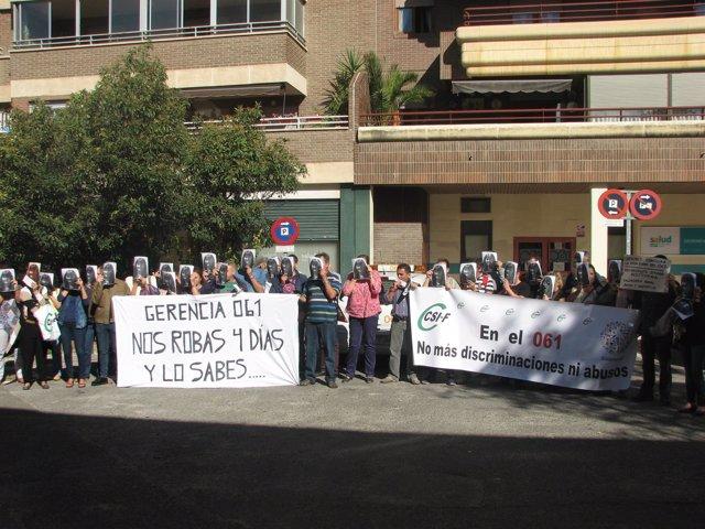 Concentración de trabajadores del 061 de Aragón ante la gerencia