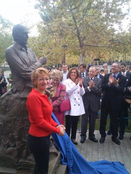 La escultura desvela la estatua junto a Botella, Gallardón y Álvarez del Manzano
