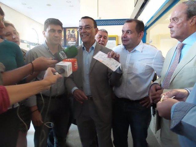 La plataforma en defensa del Tren compra un billete a Rajoy.