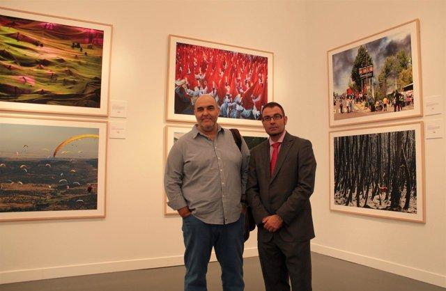 El director y el editor gráfico de Ical, frente las obras de la exposición