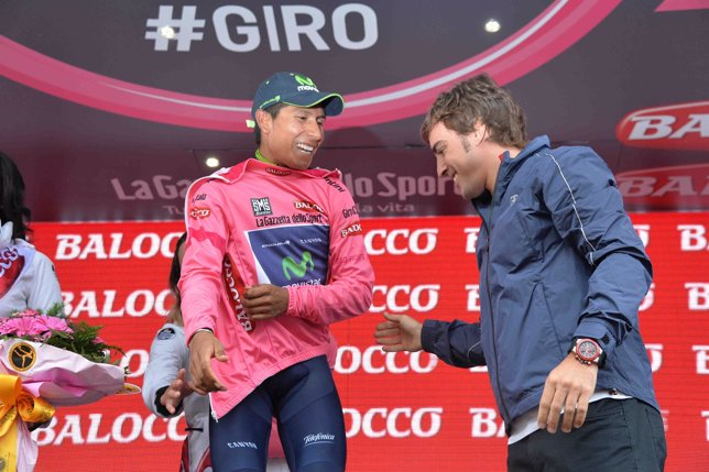 Nairo Alonso recibe la 'maglia rosa' de manos de Fernando Alonso