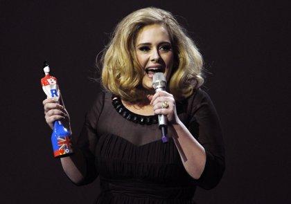 El disco de Adele se retrasa a 2015