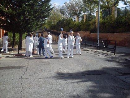 Una veintena de trabajadores del Carlos III aprovechan la visita de Rajoy para apoyar a la auxiliar enferma