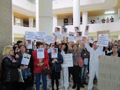 Centenares de trabajadores se concentran en los hospitales gallegos en apoyo a la auxiliar y piden más formación