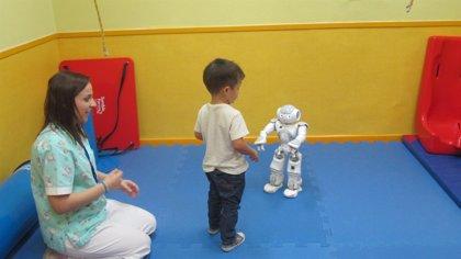 Hospital de Manises (Valencia) inicia el primer estudio piloto de España sobre terapias asistidas con robots humanoides