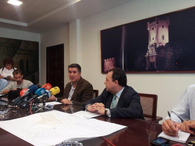 El presidente de Aguas de Cádiz (izq.) y el gerente (dcha.) en rueda de prensa.