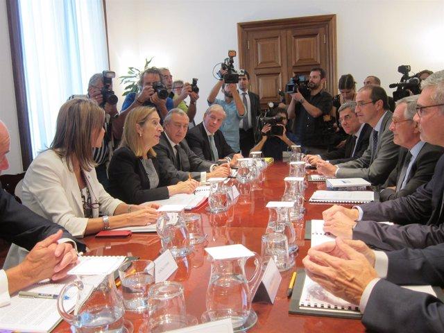 La ministra Ana Pastor en el Ayuntamiento de Barcelona con el alcalde X. Trias