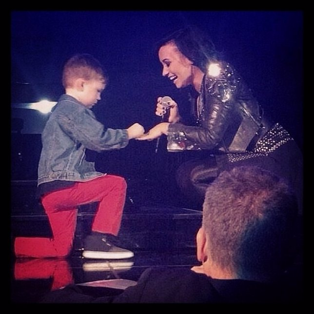 Demi Lovato aceptando la propuesta de matrimonio