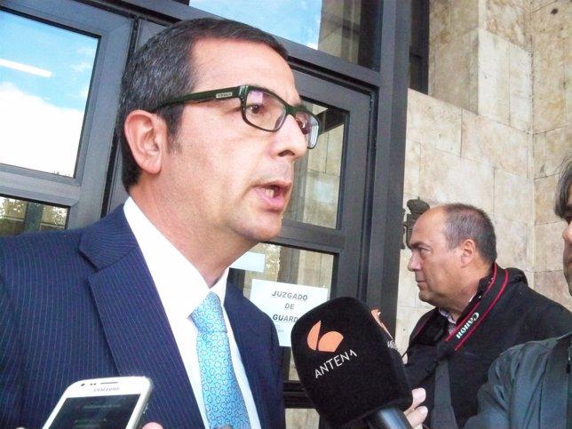 Guerrero a la salida de los  juzgados de León