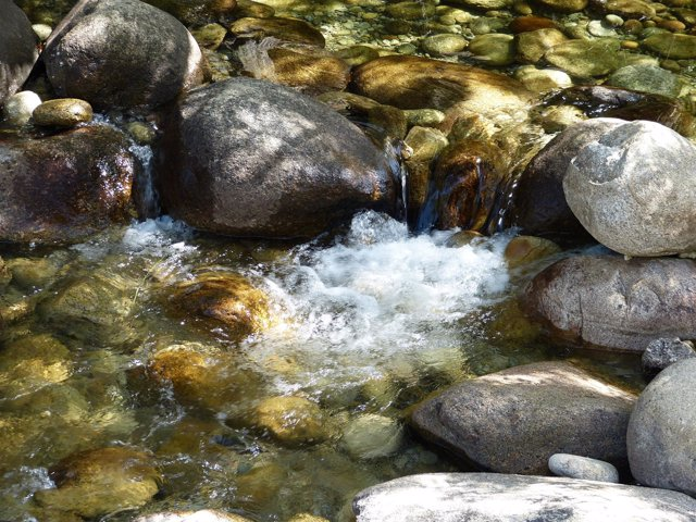 Agua, río, cauce, cantos rodados, piedras de río, corriente