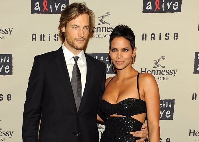 NEW YORK - OCTOBER 15:  Model Gabriel Aubry and girlfriend actress Halle Berry a