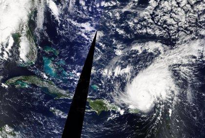 El huracán 'Gonzalo' impacta en las islas Bermudas provocando fuerte oleaje y lluvias torrenciales