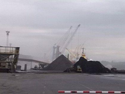 Ecologistas alertan de nubes generadas en el Puerto de Avilés con motivo de la descarga de zinc