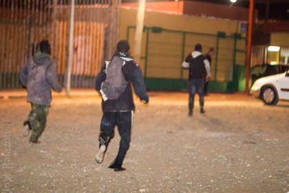 El joven apaleado en la valla de Melilla ha perdido un riñón y tiene medio cuerpo paralizado, según Prodein