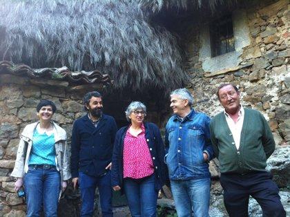 Cultura formaliza la cesión de dos casas de teito de escoba al Ayuntamiento de Somiedo