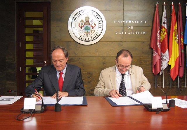 Juan Manuel Moreno (i) y Daniel Miguel (d) firman el convenio
