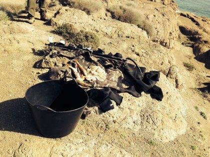 Junta requisa pescado y un equipo de buceo a dos pescadores furtivos en Los Escullos, en Cabo de Gata