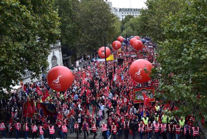 Miles de manifestantes salen a la calle en Reino Unido para pedir mejores salarios