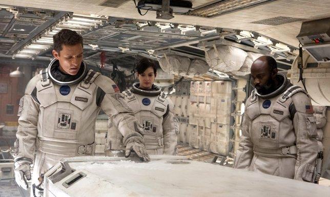 Anne Hathaway y Matthew McConaughey en Interstellar