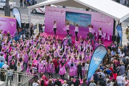 Más de un centenar de personas 'bailan' en la Puerta del Sol para apoyar a las #SuperWoman que sufren cáncer de mama