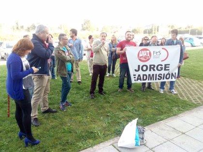 Trabajadores apoyan en una concentración al cámara despedido por una contrata de TPA