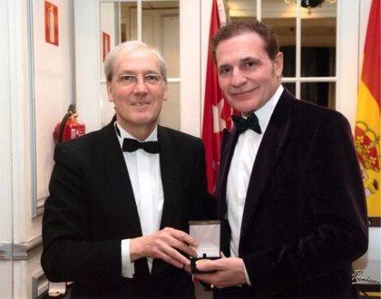 El foro Europa otorga su medalla de Oro al ilustre cirujano plástico Dr. Lajo Rivera