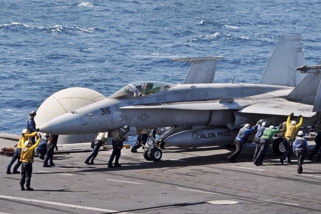 Caza F/A-18C Hornet en un portaaviones estadounidense