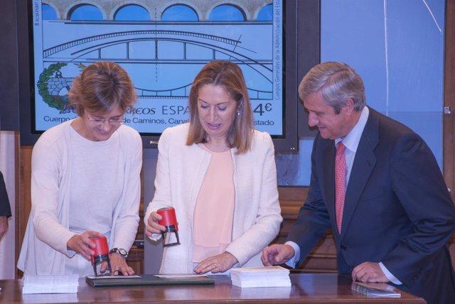 Las ministras de Fomento y Agricultura presetan sellos dedicados a ingenieros