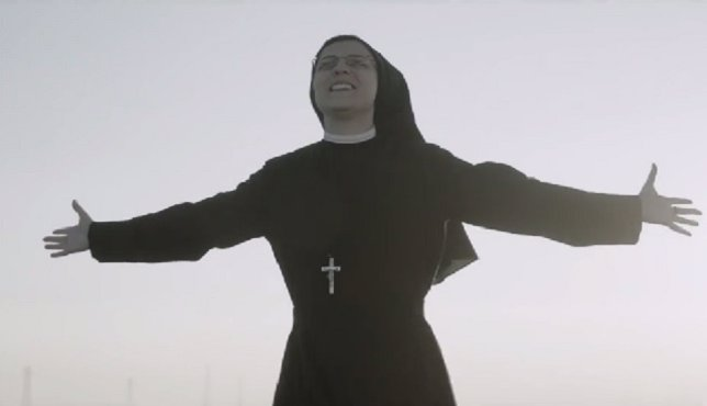 Sister Cristina cantando 'Like a Virgin'