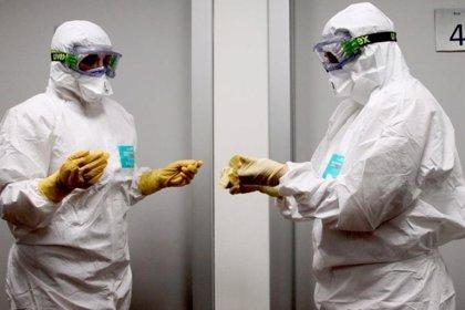 Mantendrán las medidas de seguridad y el traje de protección hasta comprobar que ningún fluido es contagioso