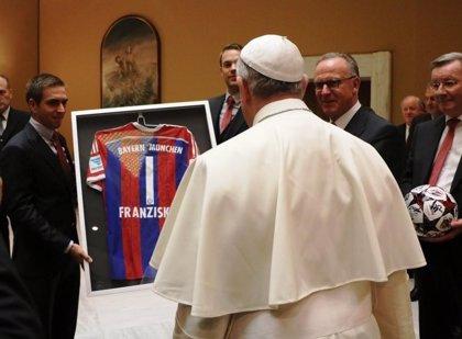 """El Papa Francisco recibe al Bayern y le felicita por """"lindo"""" partido ante la Roma"""