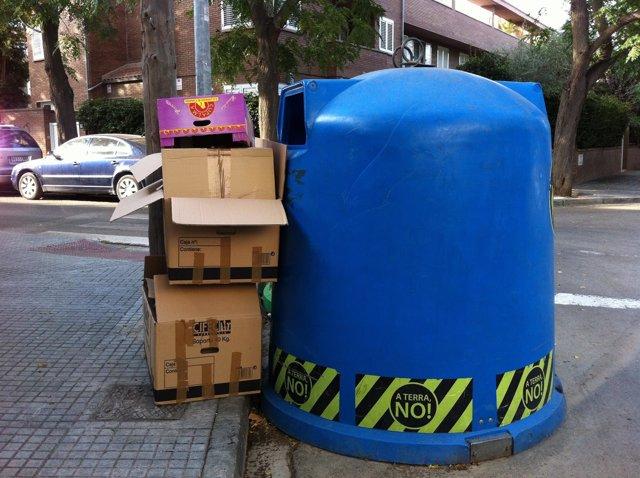 Reciclaje De Papel Y Cartón. Contenedor Y Residuos.