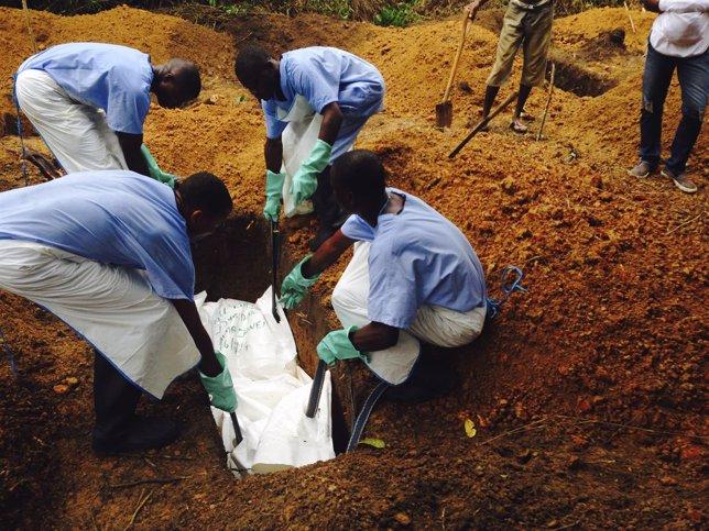 Entierro de un cadáver con ébola en Sierra Leona